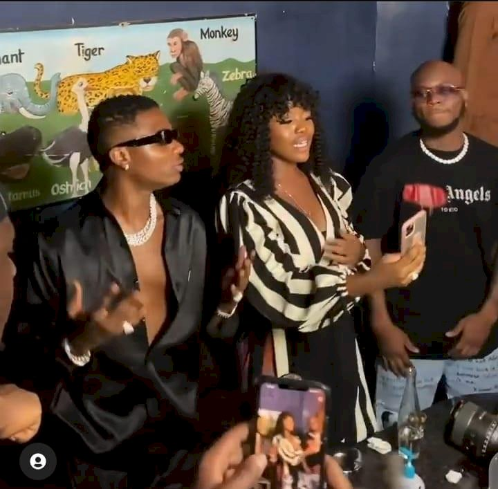 Wizkid dances with Gyakie and King promise at an event in Ghana (Video)